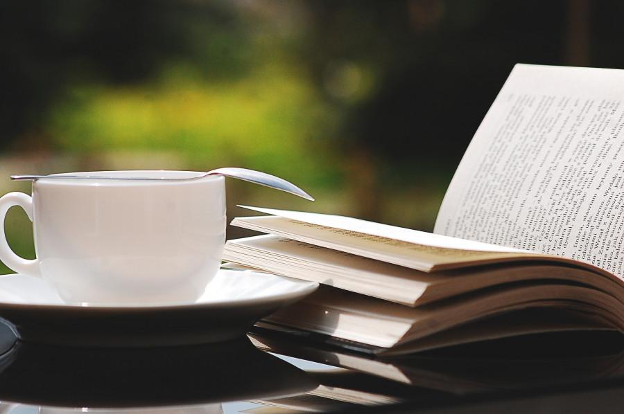 Højtlæsning til kaffen i Byens Hus. Pixabay
